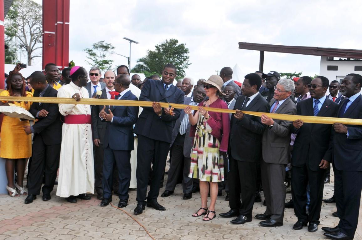 Coupure du ruban lors de l'inauguration du nouveau campus de l'Ucac-Icam à Douala